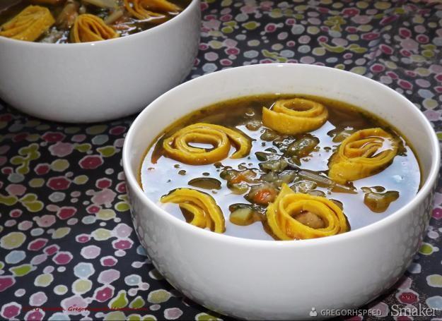 Zupa warzywna z makaronem naleśnikowym
