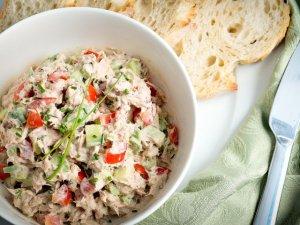 Sałatka majonezowa z tuńczykiem, awokado i czerwoną papryką ...