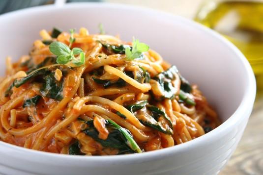 Neapolitańskie spaghetti z pomidorami i szpinakiem