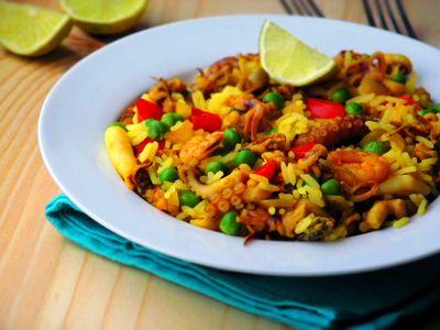Owoce morza z ryżem i zielonym groszkiem