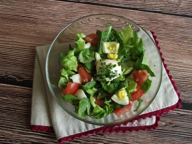 Przepis  obiadowa sałata z jajkiem i pomidorem przepis
