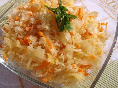 Surówka z kiszonej kapusty ,cebuli i marchewki.