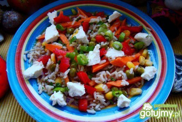 Przepis  pyszna sałatka ryżowa z warzywami przepis