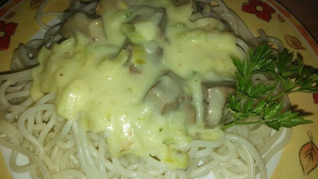 Przepis  makaron z sosem serowym i wątróbką przepis