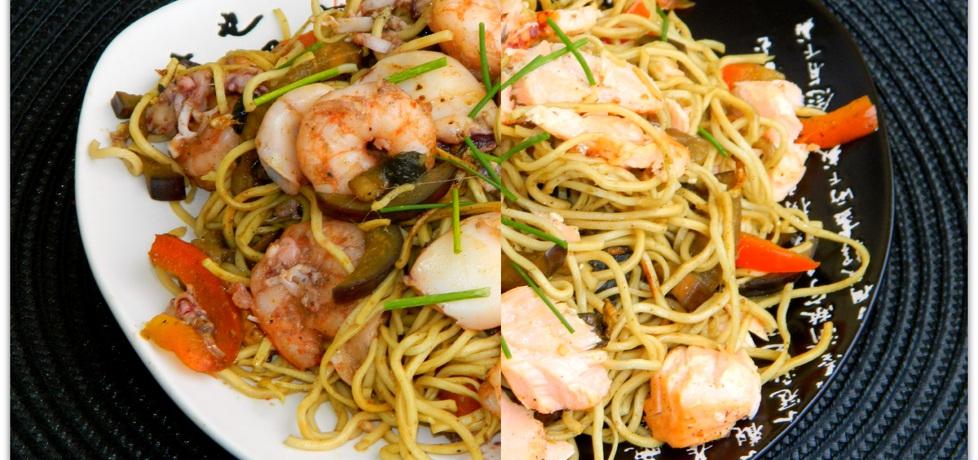 Chow mein z owocami morza i łososiem (autor: czarrna ...