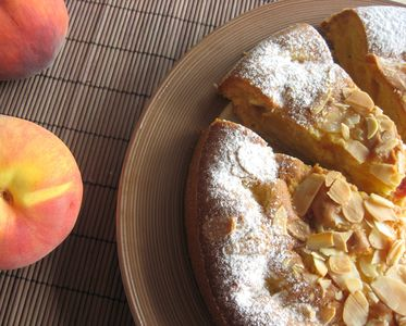 Ciasto z brzoskwiniami i migdałową posypką