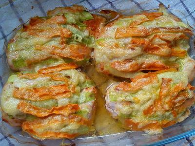 Filet z kurczaka zapiekany z cukinią i marchewką