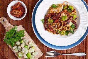 Makaron pełnoziarnisty spaghetti z bobem i indykiem