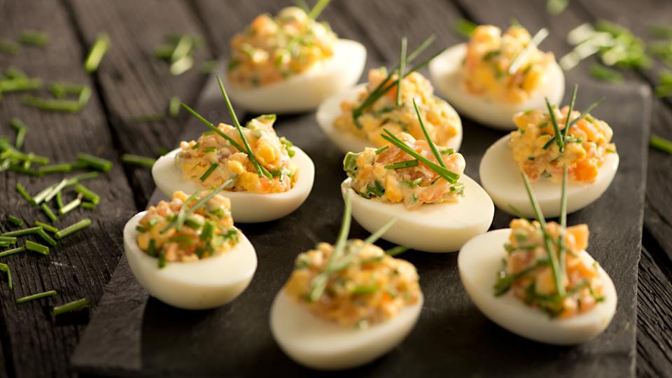 Przepis na faszerowane jajka łososiowo-chrzanowe