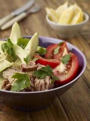 Sałata z awokado i tuńczykiem  prosty przepis i składniki