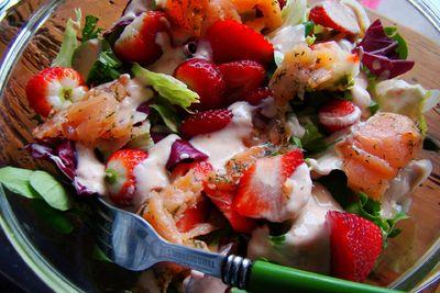 Sałatka z wędzonym łososiem i truskawkami