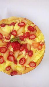 Słodka pizza z owocami i sosem czekoladowym