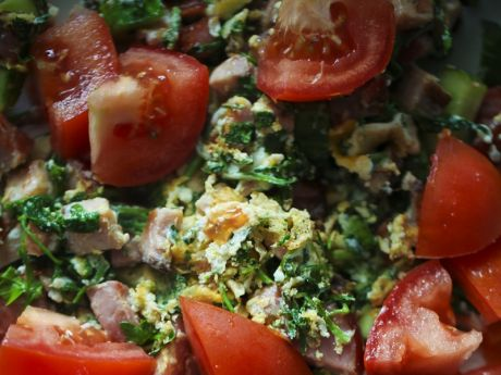 Przepis  jajecznica z zielskiem i pomidorami przepis