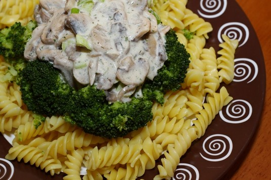 Świderki z brokułami i sosem pieczarkowym
