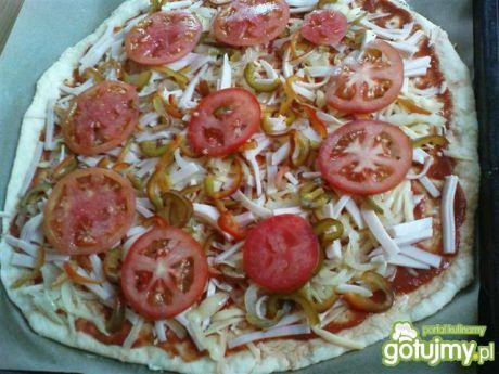 Przepis  pizza z papryką, szynką i pomidorem przepis