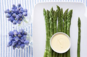 Szparagi z sosem holenderskim  prosty przepis i składniki