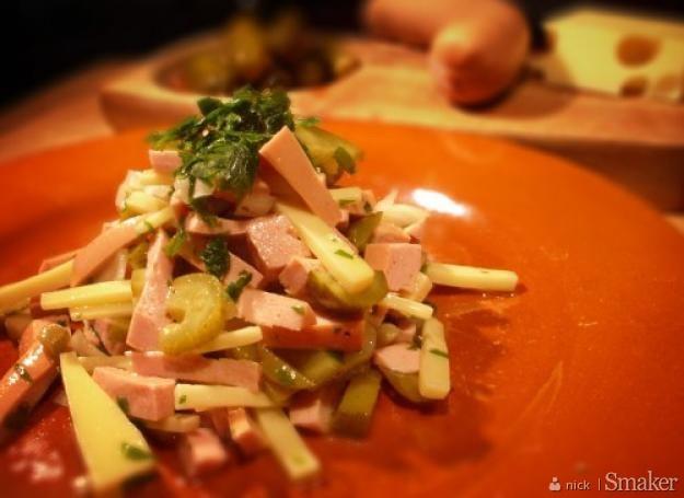 Szwajcarska sałatka z parówkami