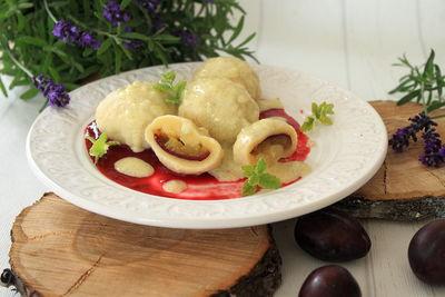 Knedle serowe ze śliwkami i dwoma sosami