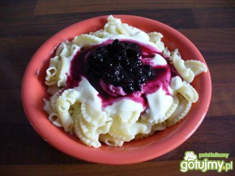 Przepis  makaron z jogurtem i jagodami przepis
