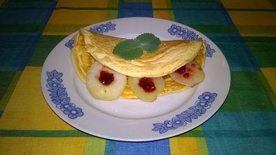 Omlet biszkoptowy z karmelizowaną gruszką i dżemem malinowym ...