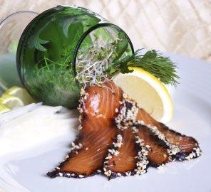 Łosoś marynowany w soi i imbirze panierowany prażonym sezamem