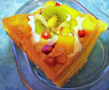 Śmietankowe gofry z owocami tropikalnymi