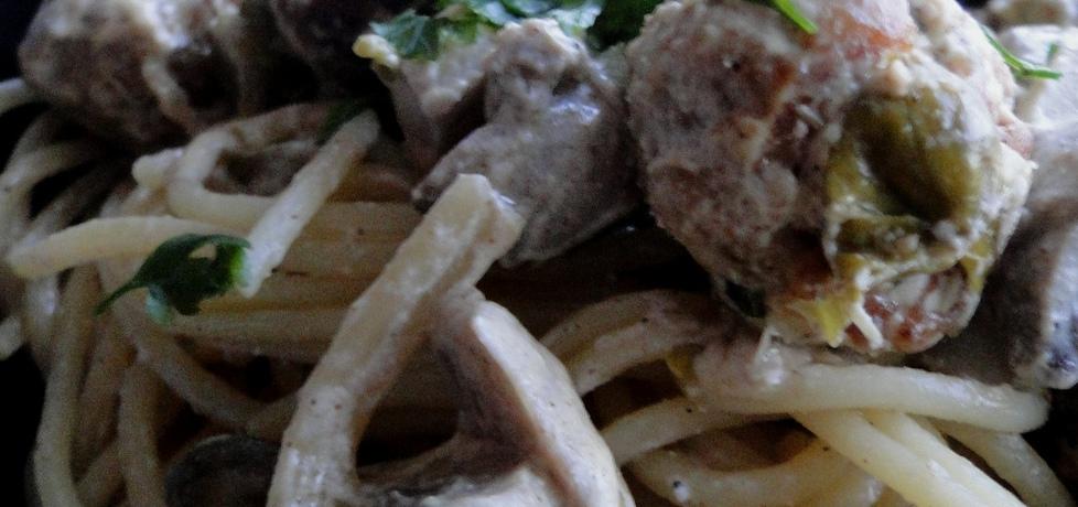 Spaghetti z pulpecikami w sosie pieczarkowo