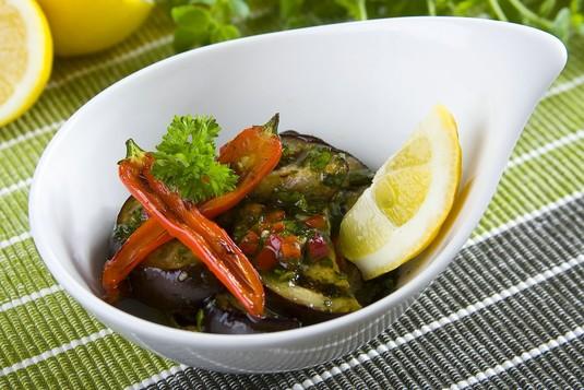 Sałatka z grillowanego bakłażana z chilli