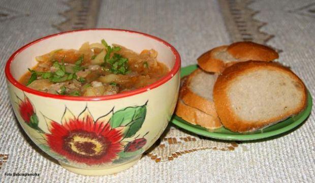 Przepis  kapuśniak z karmelizowaną cebulką : przepis