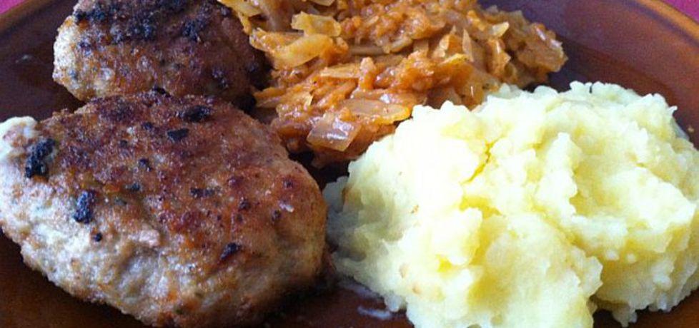 Obiad tradycyjny: kotlet mielony z ziemniakami i kapustą zasmażaną ...