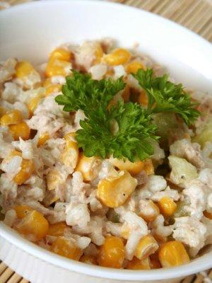 Chrupiąca sałatka majonezowa z ryżem, tuńczykiem, ogórkiem i ...