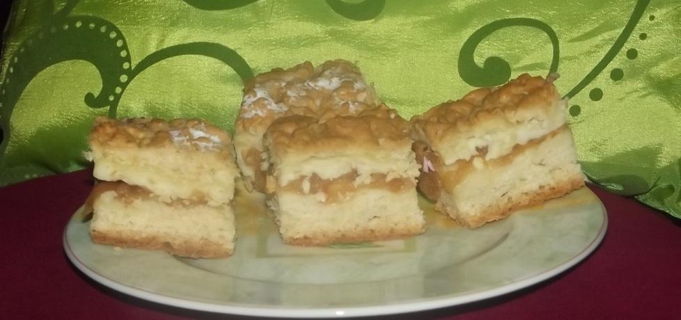 Ucierane ciasto z budyniem i jabłkami z nutą cynamonu. (autor ...