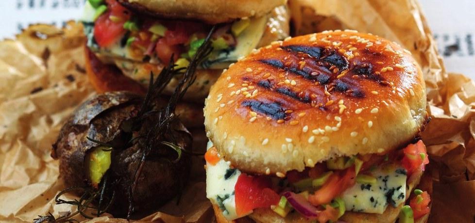 Hamburger z kurczaka z kolendrą i chili oraz salsą pomidorową z ...