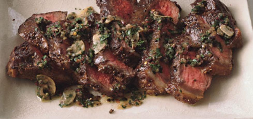 Stek wołowy z grilla z czerwonym pieprzem w sosie z pieczarek i ...