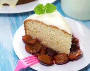 Ciasto jogurtowe z sosem śliwkowym