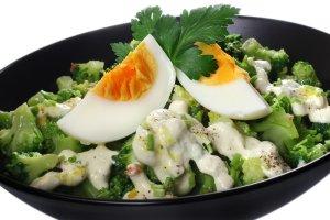 Sałatka brokułowa z jajkiem  prosty przepis i składniki