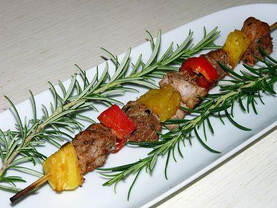 Szaszłyki z polędwiczek, papryki i ananasa