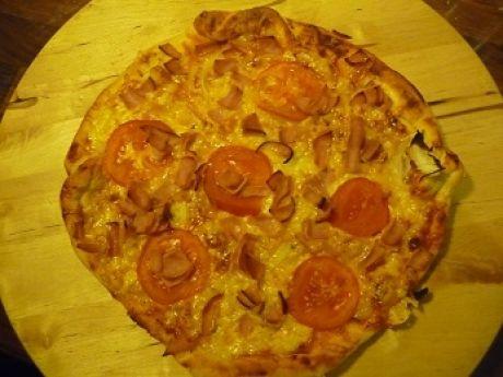Przepis  pizza z szynką, pomidorami i cebulą przepis