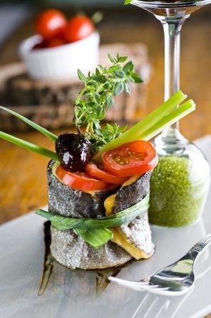 Pstrąg faszerowany z sosem z jeżyn