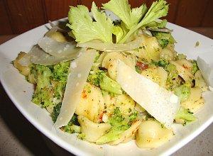 Orecchiette z brokułami, suszonymi pomidorami i parmezanem ...