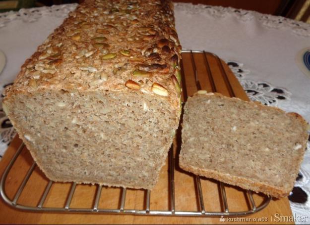 Chleb żytni razowy na zakwasie żytnim z pestkami słonecznika i dyni.