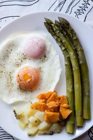 Zielone szparagi z jajkiem, ziemniakami i batatami