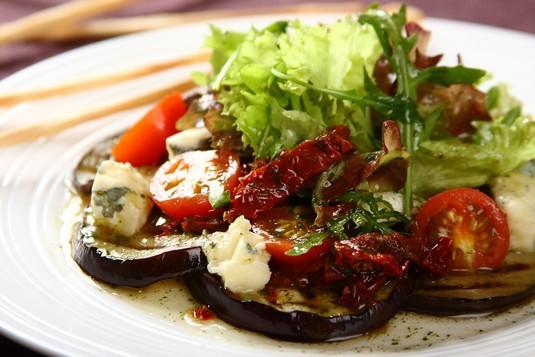 Sałatka z grillowanego bakłażana z suszonymi pomidorami ...
