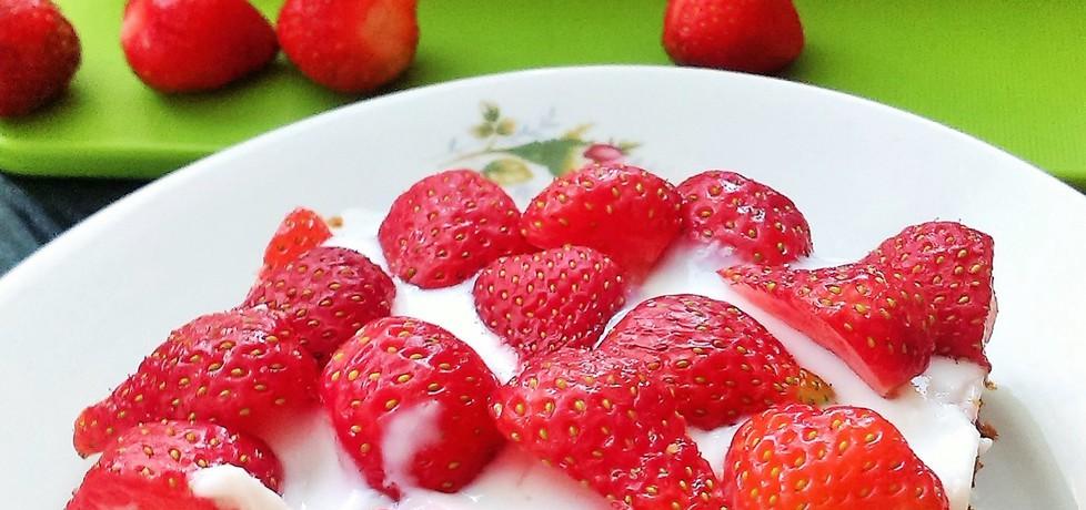 Ciasto marchewkowe z kremem jogurtowym i truskawkami (autor ...