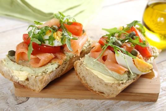 Zielona kanapka z pastą z awokado i łososiem