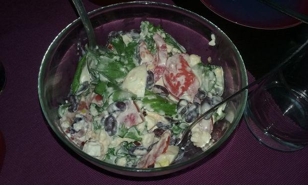 Przepis  sałatka z sałaty lodowej z fetą i fasolką przepis