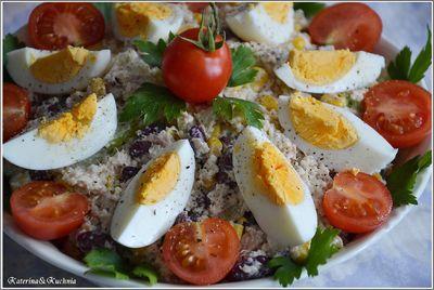 Sałatka kuskus z tuńczykiem, ogórkiem, jajkiem i czerwoną fasolą ...