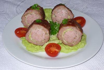 Biała kiełbasa w mięsie mielonym