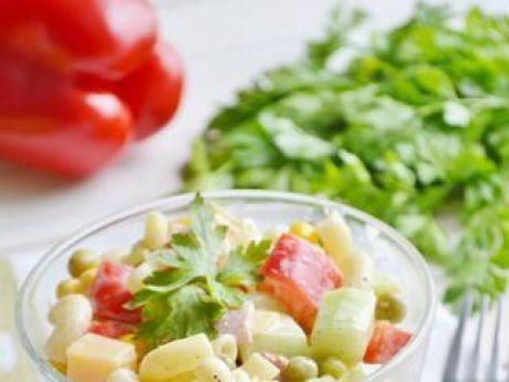 Przepis  sałatka makaronowa z serem i szynką przepis
