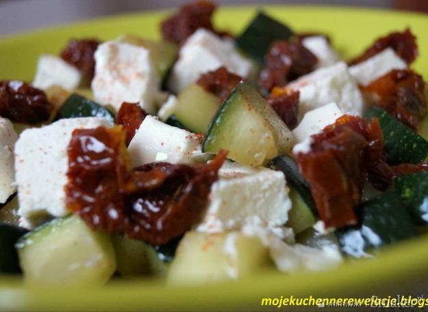 Sałatka z grillowanej cukinii z fetą i suszonymi pomidorami